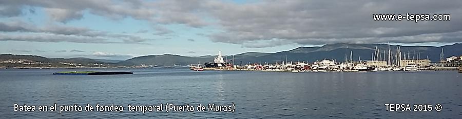 Batea de plastico frente al puerto de Muros