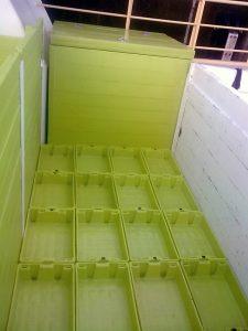cajas de plástico estibadas en cubierta de cerquero