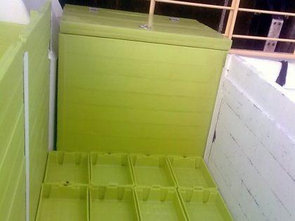 Cajas de plástico estibadas en cubierta