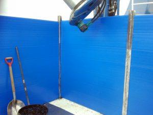 Detalle de tablas azules en cerquero