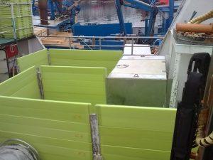 Cajonada de cubierta con tablas de plástico verdes