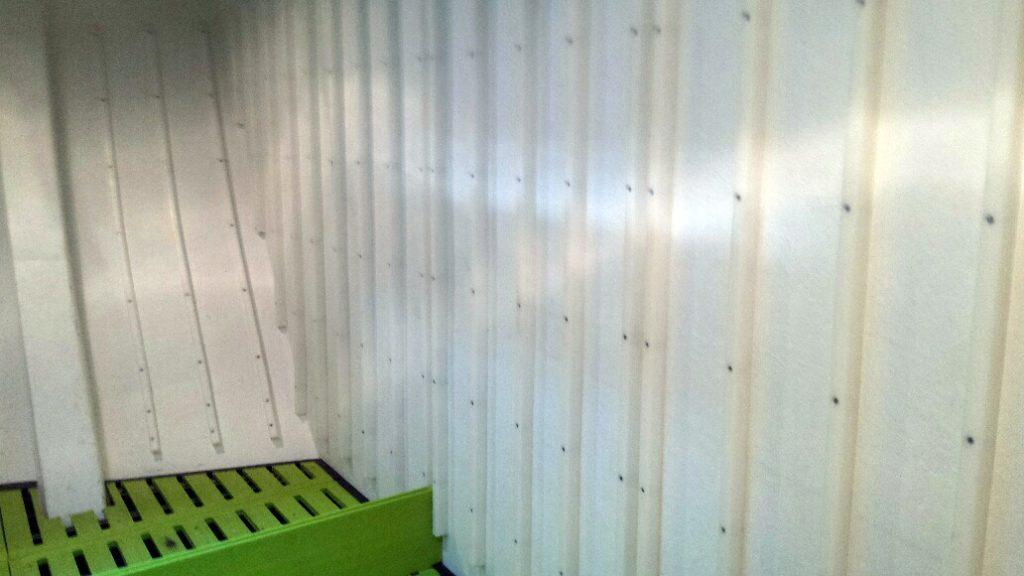 serretas de pared en bodega de palangrero