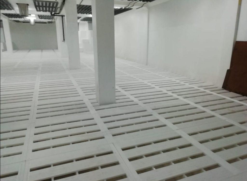 suelo de barco pesquero con losetas blancas