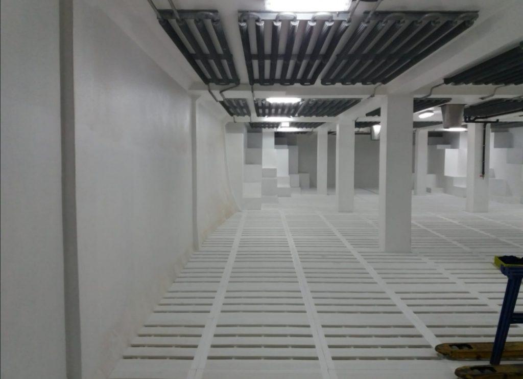 Bodega de congelación con suelo blanco