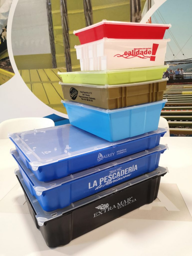 cajas de plastico de diferentes tamaños apiladas